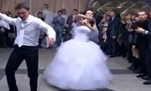 一开始还以为只是普通的婚礼舞蹈,结果各种高能!