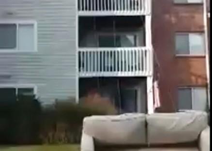 从楼上往楼下搬运沙发的新方法!