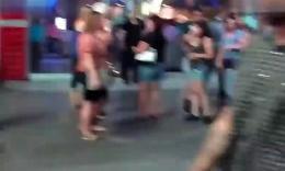 囧!拉斯维加斯的街头性感美女舞者不小心小便