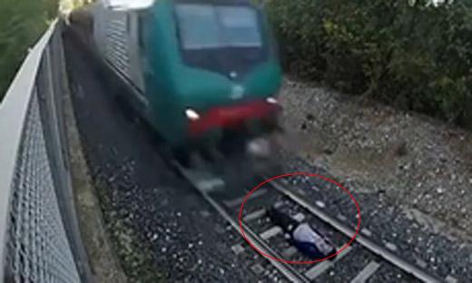 意大利男孩卧轨玩冒险 让火车从身上穿过
