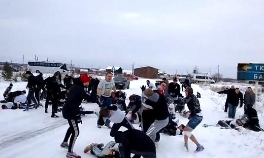 实拍战斗民族足球流氓雪地群殴
