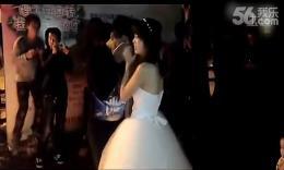 女大学生穿婚纱在男生寝室楼下求婚,被男友抱回寝室