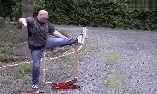牛人用脚玩弹弓
