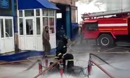 【youtube】战斗民族消防员克服重力的特别技巧!水压魔术地毯!